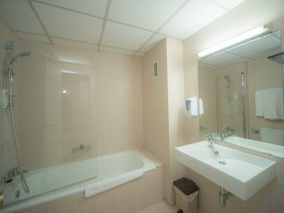 gran-hotel-jaca-habitacion-matrimonio-grande-bano-new